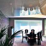 Wohnzimmer mit Wandbespannung und LIchtdecke