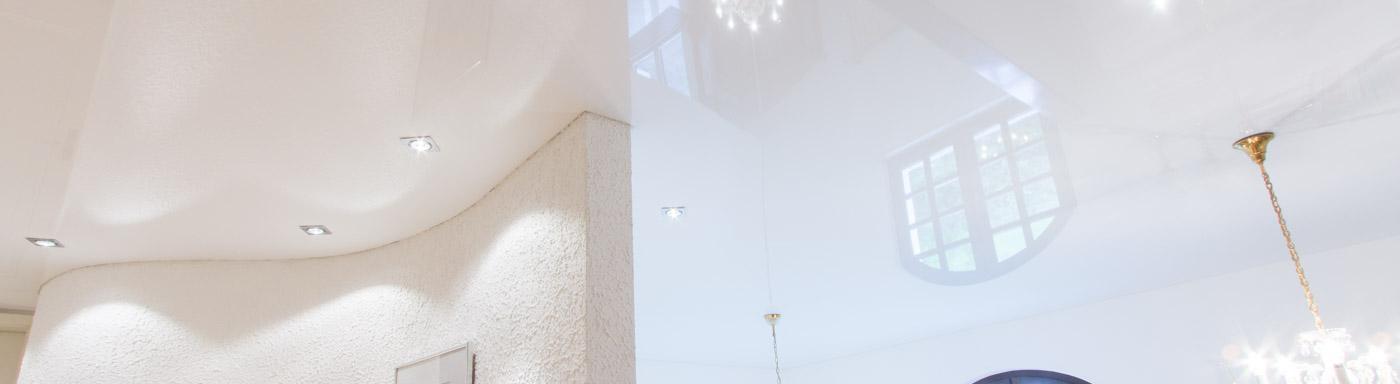 Spanndecke mit gewellter Wand im Treppenhaus präzise geschnitten vom Fachmann