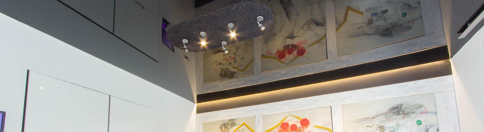 Schwarze Lackdecke im Esszimmer mit LED-Strahlern