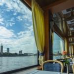 Ausblick auf den Rhein auf Schiff mit Spanndecke