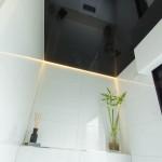 Lackspanndecke in Schwarz mit Lichtleiste im Gäste-WC indirektes Licht