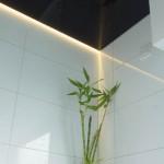 Schwarze Lackspanndecke im Gäste-WC, mit Lichtleiste indirektes Licht