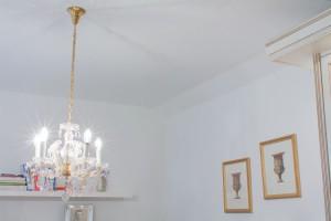 Wohnzimmerdecke mit Spanndecke und Kronleuchter