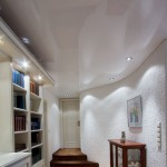 Flur mit gewellter Wand und Spanndecke