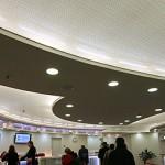 Licht hinter perforierter Spanndecke in Tickethalle des Hauptbahnhofs Berlin