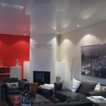 Gemütliches Wohnzimmer mit Akustikspanndecke und Kamin