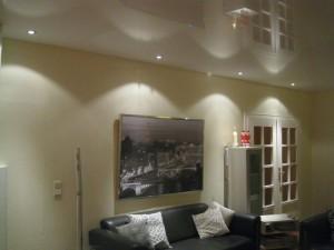 Decke abhängen im gemütlichen Wohnzimmer mit Lack-Spanndecke