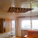 Spanndecke in kleinem Wohnzimmer mit Halogen-Spots