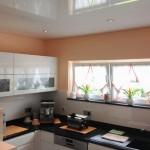Weiße Spanndecke Lack in der Küche. Hochglanzküche