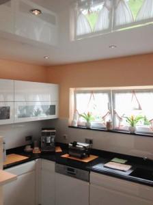 Spanndecken in der Küche machen eine Hochglanzküche noch schicker
